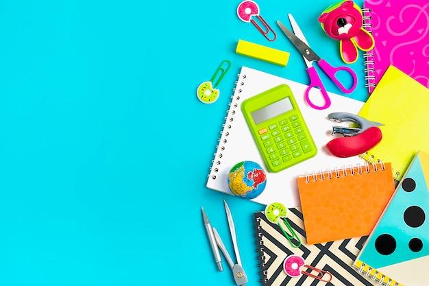 Notebooks op blauw terug naar school