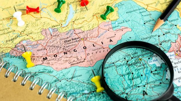 Noteer apparaat en vergrootglas op de kaart van mongolië