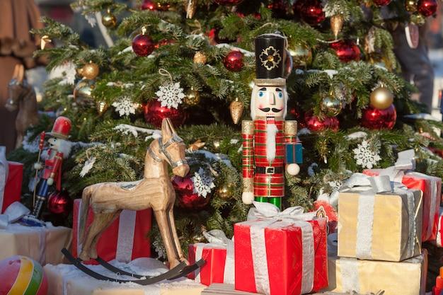 Notekraker en houten paard bij kerstmismarkt in de winter moskou, rusland