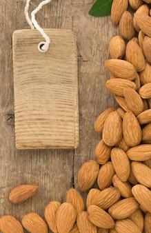 Noten amandel fruit en label label op houtstructuur