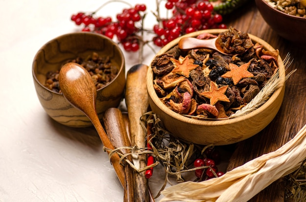 Noten en gedroogd fruit. gedroogd fruit in houten kom. assortiment van noten en gedroogd fruit op houten achtergrond.