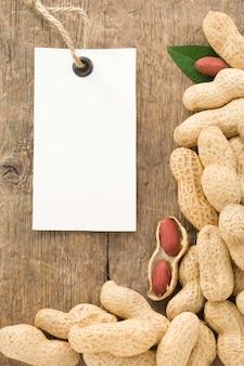 Noten, pinda's, fruit en labelprijs op houtstructuur