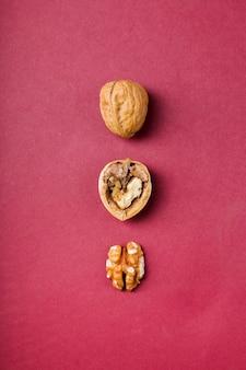 Noten. walnoten op de tafel