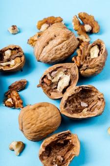 Noten. walnoten op een blauwe achtergrond