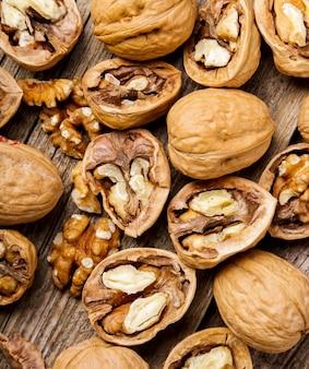 Noten. walnoten op een donkere houten achtergrond
