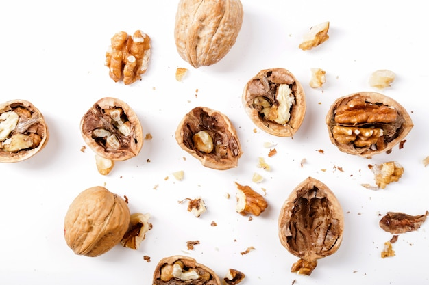 Noten. walnoten op een witte achtergrond