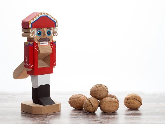 Notenkraker. houten kerststuk speelgoed met inshell walnoten op houten oppervlak. met kopie ruimte