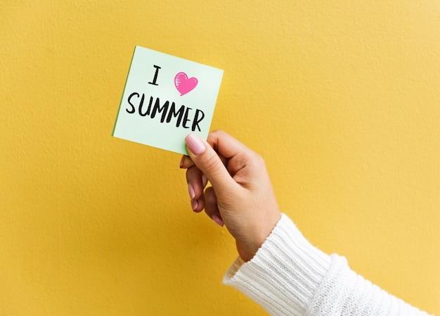 Notitie met zomerthema met een gele muur