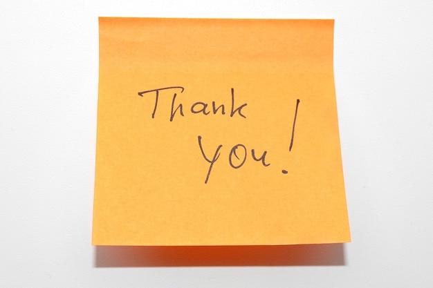 Notitie papier met handgeschreven bedankt! bericht