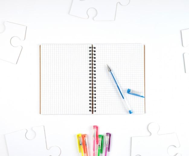 Notitieblok openen in een cel en een blauwe pen