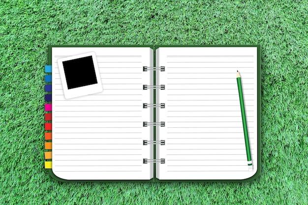 Notitieblok openen op groen gras