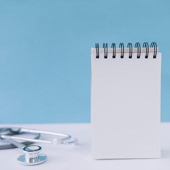Notitieblokje en stethoscoop