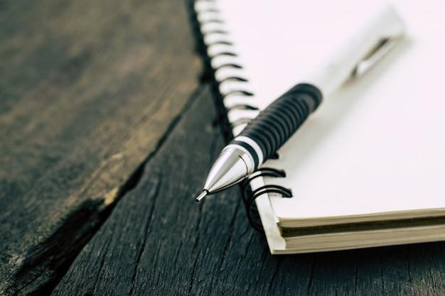 Notitieblokken en potlood op het bureau
