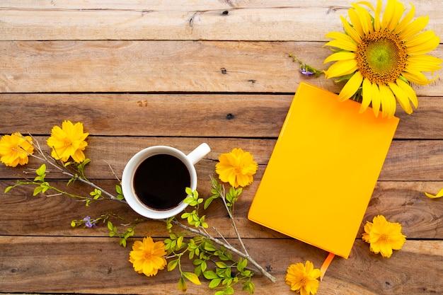 Notitieboekje, cacao en bloemen op houten
