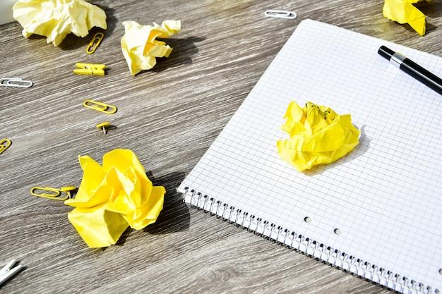 Notitieboekje en pen op een houten lijst