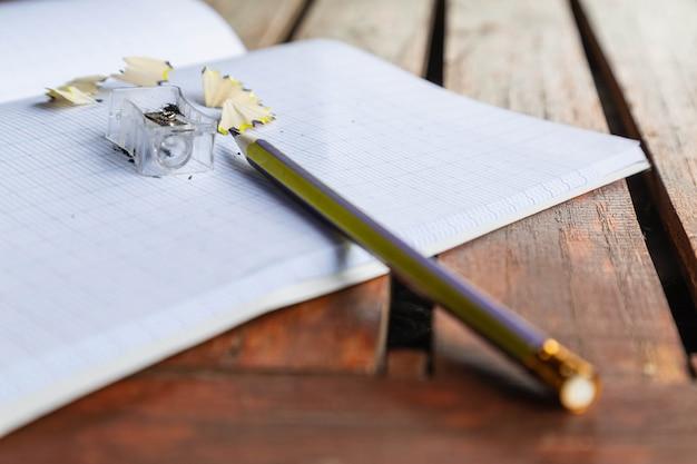 Notitieboekje en potlood, concept van onderwijs