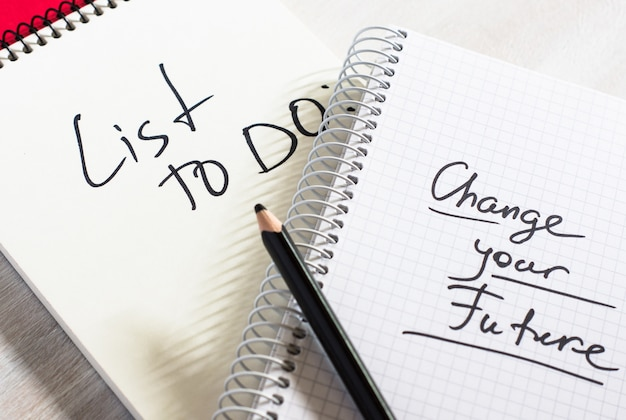 Notitieboekje en schrijfnotitie met een lijst