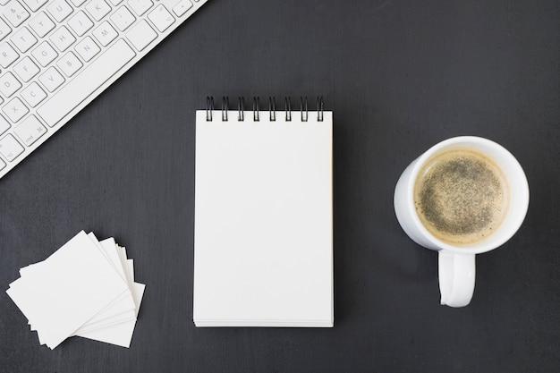 Notitieboekje en visitekaartjes sjablonen met koffie en toetsenbord