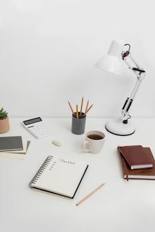 Notitieboekje met controlelijst op bureau
