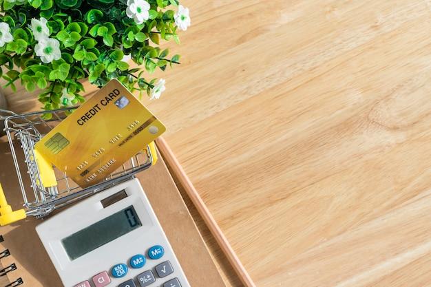 Notitieboekje met een koffiekopje en een plant op houten tafel
