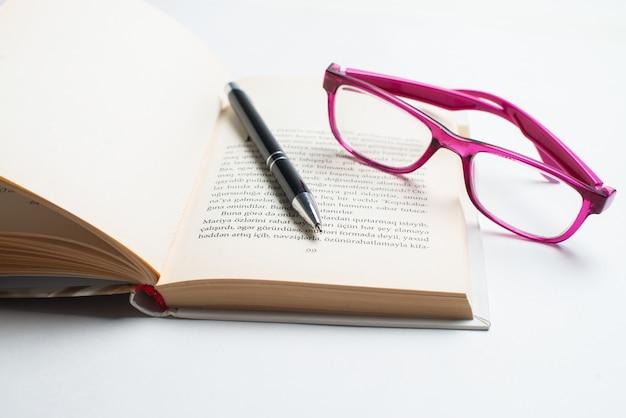 Notitieboekje met glazen en pen