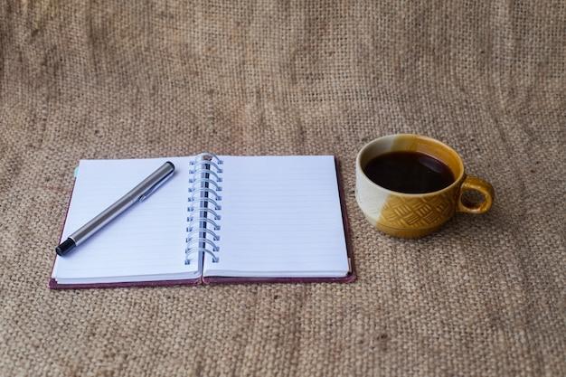 Notitieboekje met pen en koffie