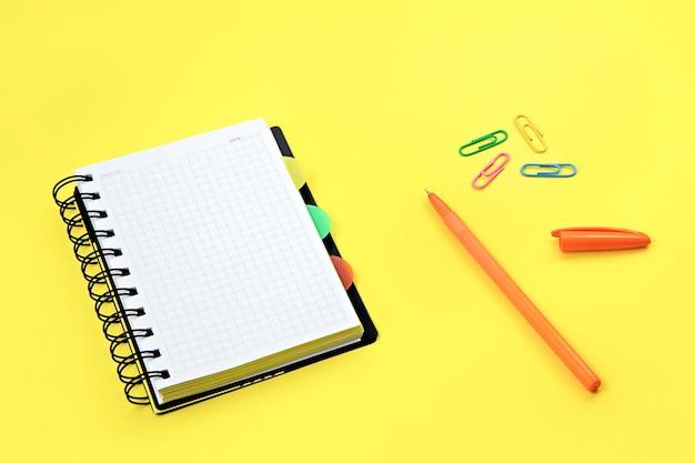 Notitieboekje met pen en paperclips