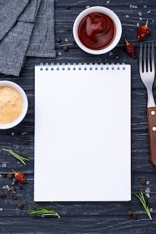 Notitieboekje met souce op tafel