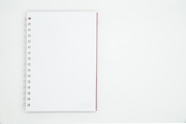 Notitieboekje met spiraal op witte achtergrond wordt geïsoleerd die.