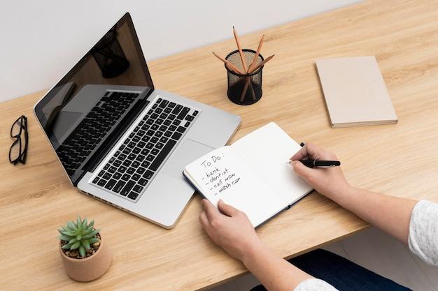 Notitieboekje met takenlijst op laptop
