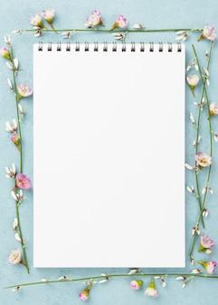Notitieboekje met takken van bloemen