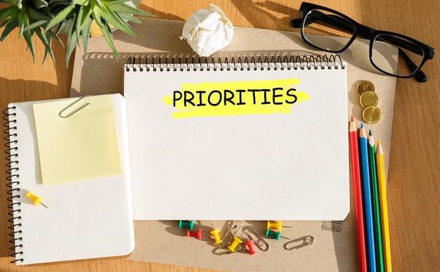 Notitieboekje met tools en notities over prioriteiten