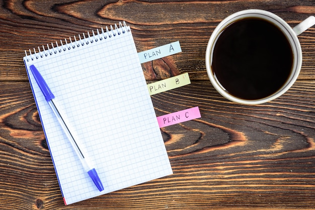 Notitieboekje naast kopje koffie