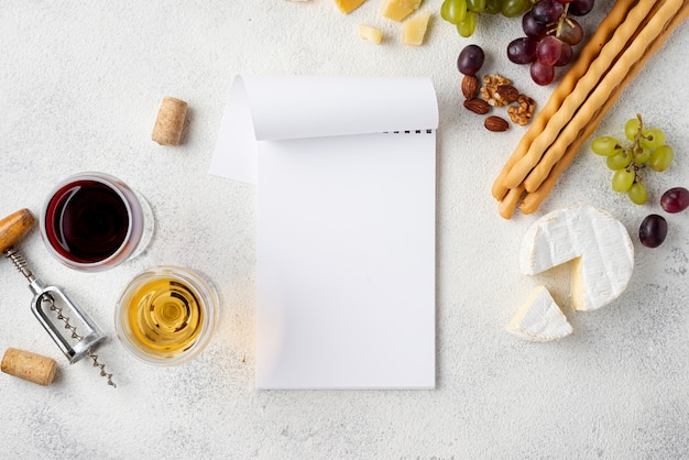 Notitieboekje naast wijn en kaas om te proeven
