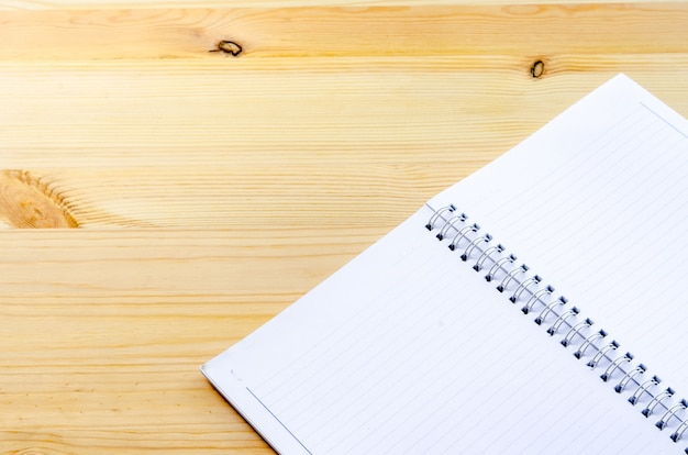 Notitieboekje op de houten lijst: zaken en onderwijs