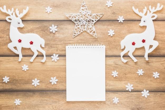 Notitieboekje tussen decoratieve herten en ster