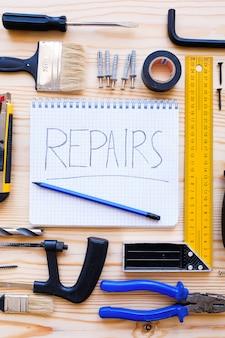 Notitieboekje voor records en bouwgereedschap voor het bouwen van een huis of appartement renovatie