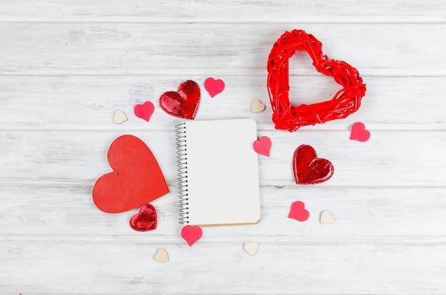 Notitieboekje voor tekst met hart op houten lijst