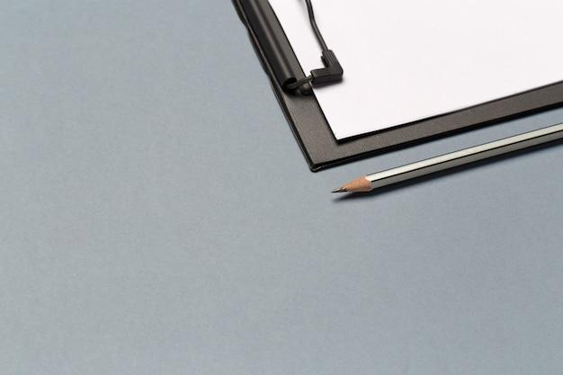 Notities klembord met potlood en blanco vellen papier