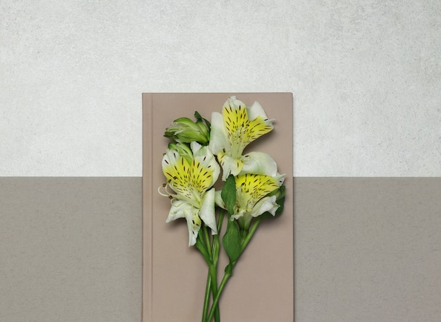 Notities met witte bloemen op grijs beige