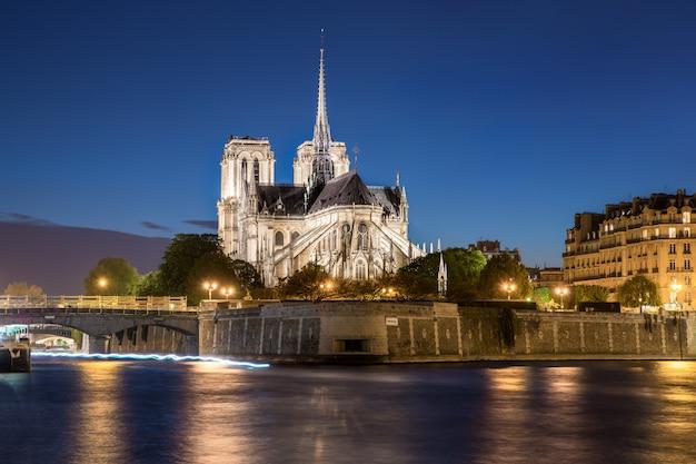 Notre dame de kathedraal van parijs met zegenrivier bij nacht in parijs, frankrijk.
