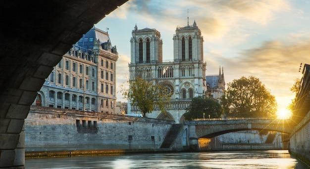 Notre dame de paris en de zegenrivier in parijs, frankrijk