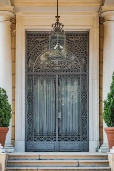 Noucentista veranda met sierlijke gietijzeren deur