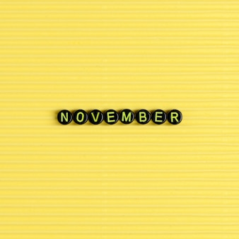 November kralen woord typografie op geel
