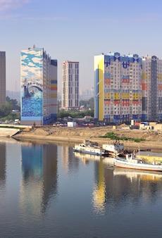 Novosibirsk siberië rusland07032021 bouw van een wooncomplex aan de rivier de ob