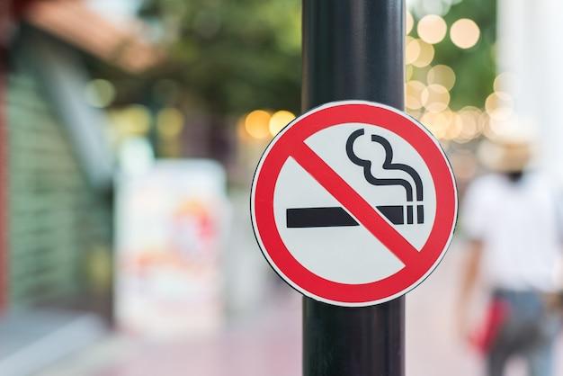Nr - rokend teken in de openbare tuin op onduidelijk beeldachtergrond