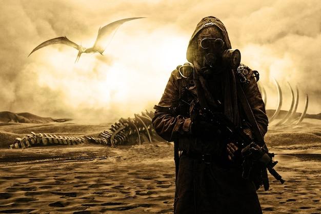 Nucleaire post-apocalyps. leven na de dag des oordeels concept. smerige overlevende met zelfgemaakte wapens en gasmasker. woestijn en dode woestenij op de achtergrond