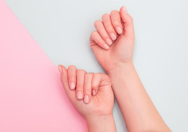 Nude manicure gel op een roze