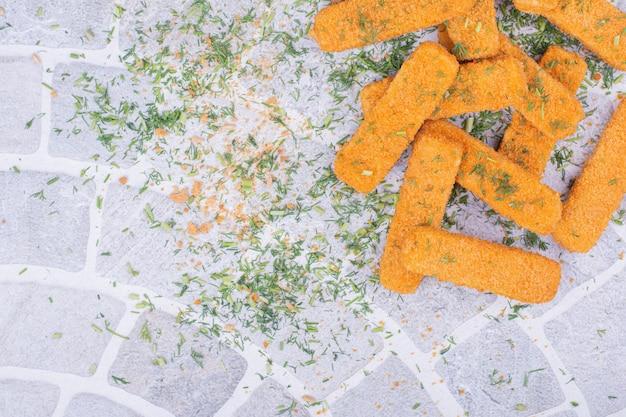 Nuggets met kruiden en specerijen op grijze ondergrond