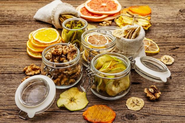 Nul afval eten winkelen concept. assortiment van gedroogde vruchten, walnoten. duurzame levensstijl